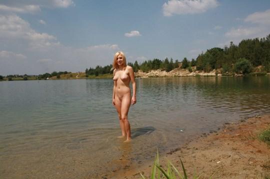 ♦これどうよww挑発的な金髪オッパイ美女が野外で全裸ヌード見してるぞwwwww 8 355