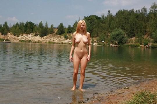 ♦これどうよww挑発的な金髪オッパイ美女が野外で全裸ヌード見してるぞwwwww 9 345