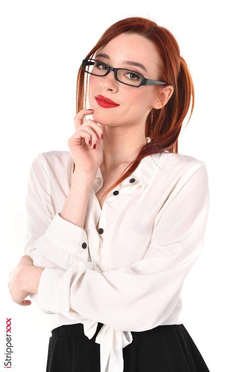 ♦ーーー※眼鏡が似合うスレンダー外国人がコスプレ姿でオマンコ●見せしちゃうエロ画像www 9 417