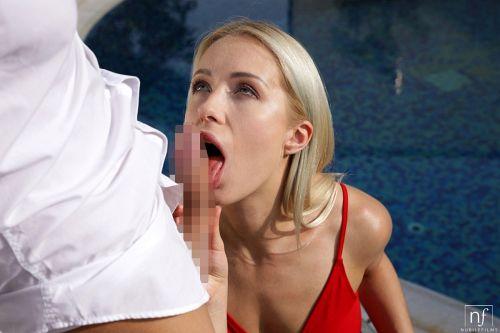 ★金髪外国人がプールサイドで男を誘惑してオチンポフェラしちゃうエロ画像wwwwwwwwwwww 13 414
