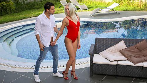 ★金髪外国人がプールサイドで男を誘惑してオチンポフェラしちゃうエロ画像wwwwwwwwwwww 33 117