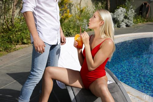 ★金髪外国人がプールサイドで男を誘惑してオチンポフェラしちゃうエロ画像wwwwwwwwwwww 6 410