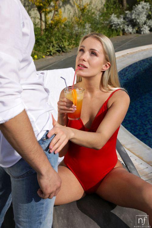 ★金髪外国人がプールサイドで男を誘惑してオチンポフェラしちゃうエロ画像wwwwwwwwwwww 8 430