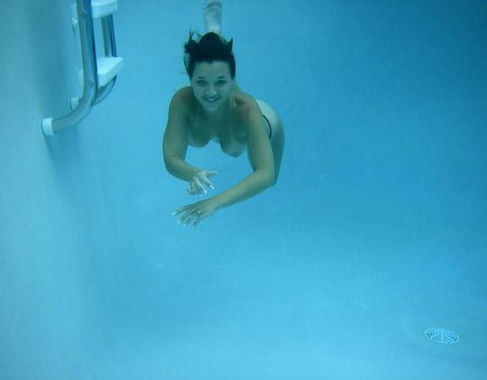 ※Tバックが超エロい素人外国人が水の中でヌード撮影しちゃうポルノ画像wwwww 2021090915091519