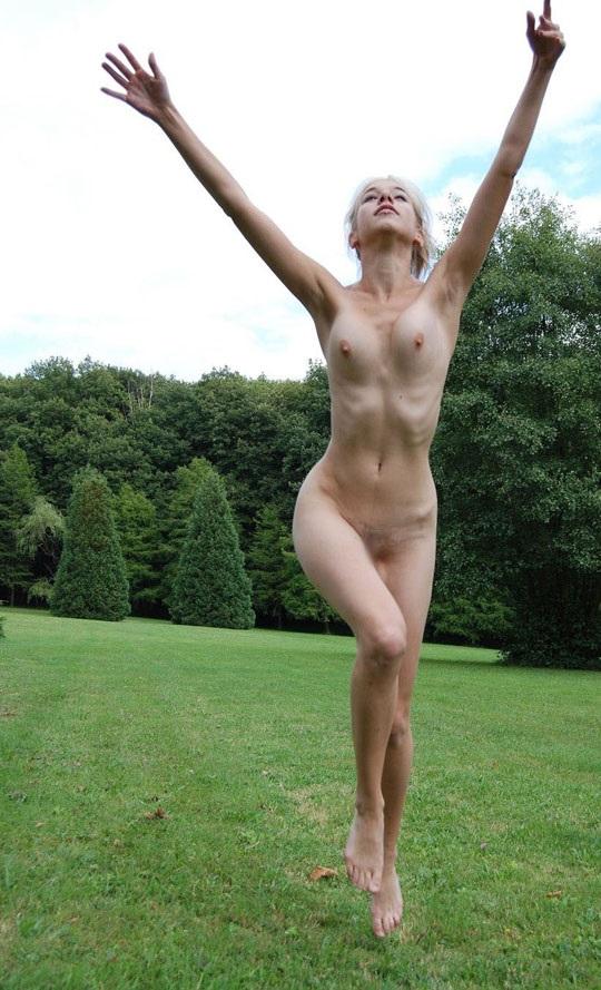 ※この体たまらないな!若い金髪美少女が全裸で廃校の前で撮影しちゃう外国人エロ画像wwwwwwwwwww 2021090915384128