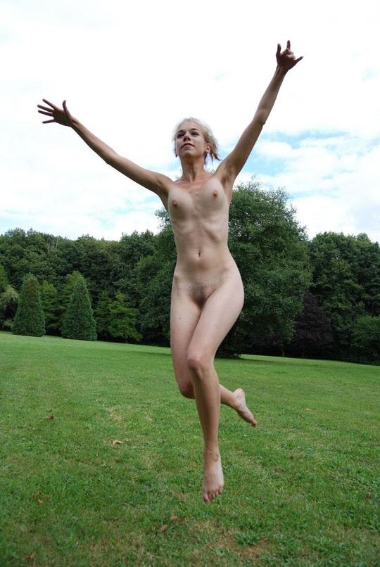 ※この体たまらないな!若い金髪美少女が全裸で廃校の前で撮影しちゃう外国人エロ画像wwwwwwwwwww 2021090915384129
