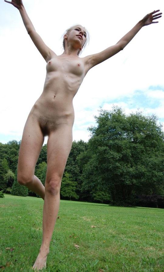 ※この体たまらないな!若い金髪美少女が全裸で廃校の前で撮影しちゃう外国人エロ画像wwwwwwwwwww 2021090915384131