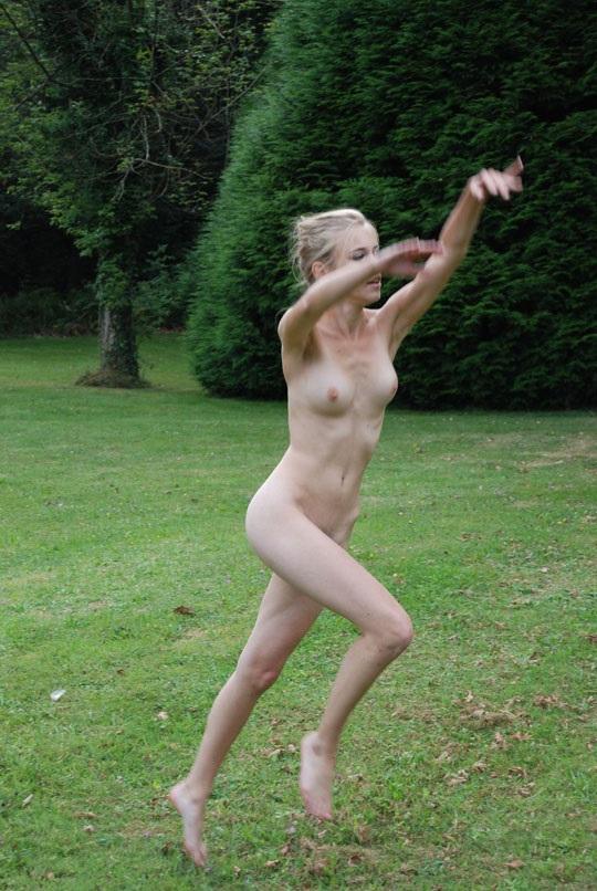 ※この体たまらないな!若い金髪美少女が全裸で廃校の前で撮影しちゃう外国人エロ画像wwwwwwwwwww 202109091538421