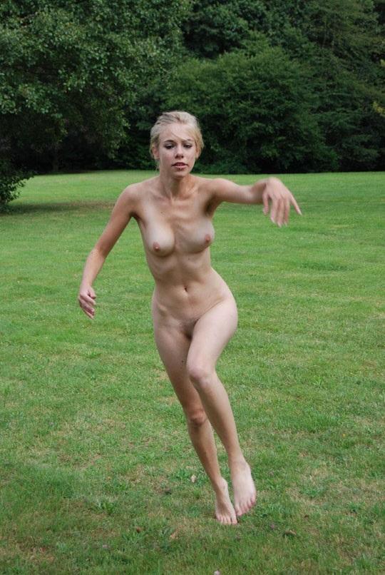 ※この体たまらないな!若い金髪美少女が全裸で廃校の前で撮影しちゃう外国人エロ画像wwwwwwwwwww 202109091538424