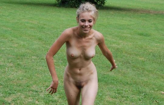 ※この体たまらないな!若い金髪美少女が全裸で廃校の前で撮影しちゃう外国人エロ画像wwwwwwwwwww 202109091538429