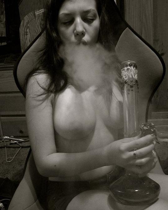 素人の巨乳オッパイ美女が水タバコ吸いながら全裸になってるぞwwwwwwwww 2021091908475015