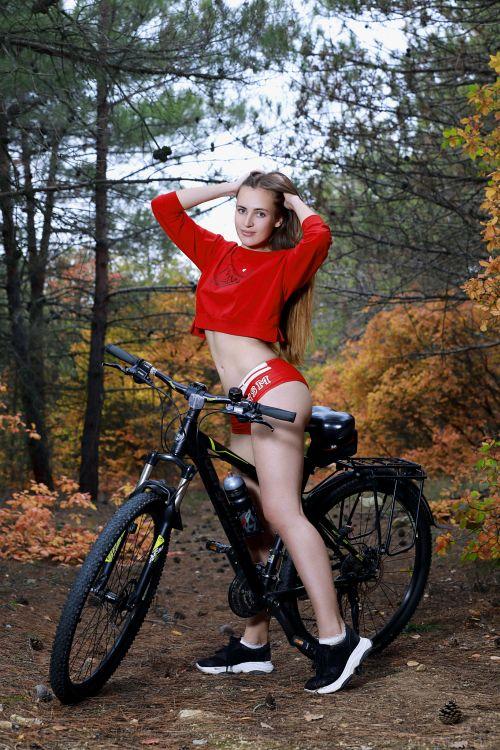 これヤバすぎる!全裸で野外で自転車とか!挿入されてくれwwwwwwwwww 20211008142728
